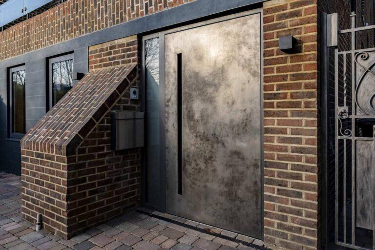 Drzwi pivot pokryte metalem ciekłym